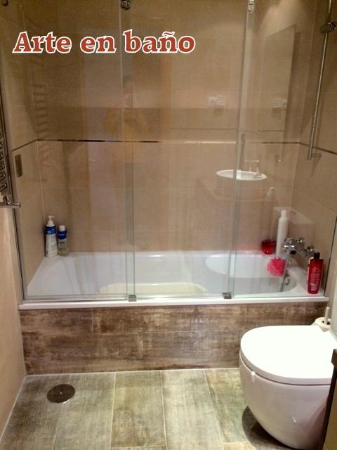 baño con suelo de madera